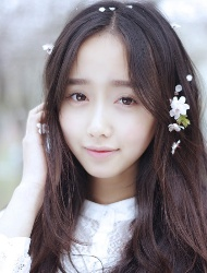 纯净无暇的美眉微笑在樱花飞舞时