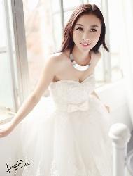 窗台前的婚纱照