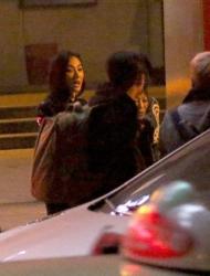 张柏芝逛街遇粉丝开心合影 与助理勾肩搭背一路热聊